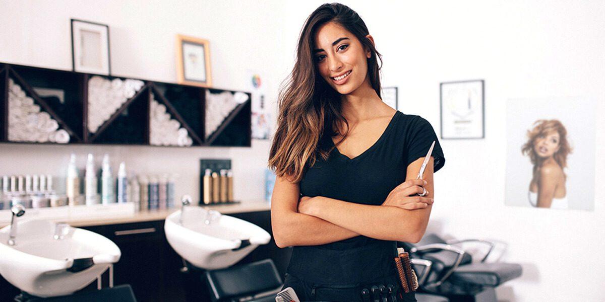 cabeleireira empresária a sorrir